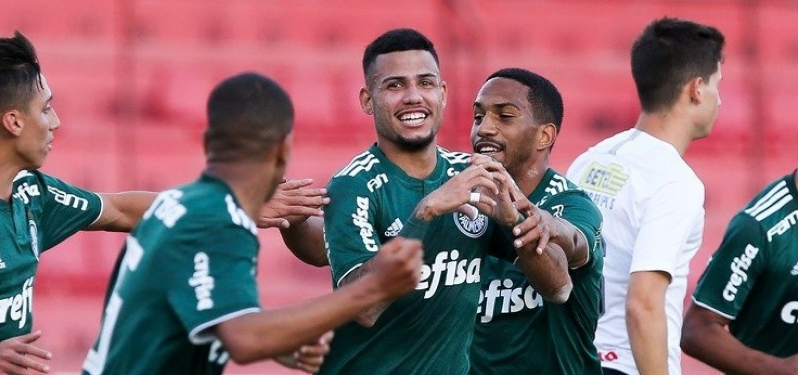 38b27637e3def Vitória assina com lateral da base do Palmeiras - Metro 1