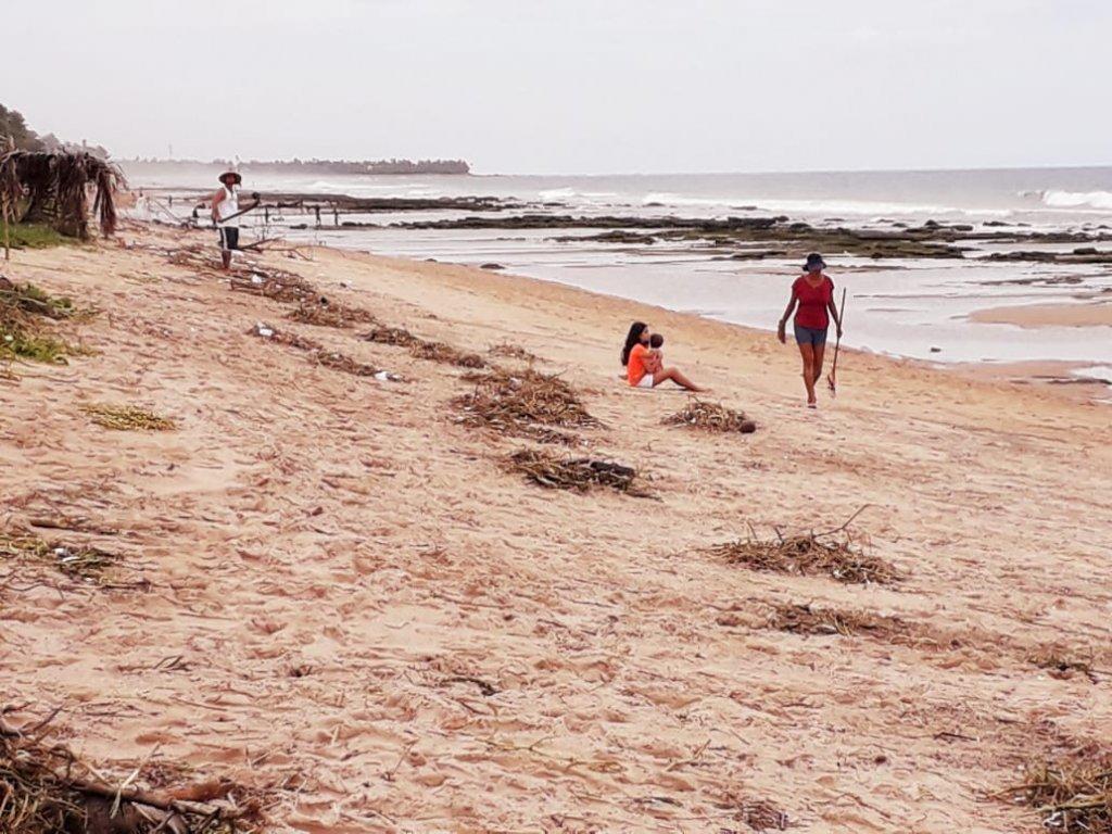 Vizinhos se juntam para limpar praia em Lauro de Freitas