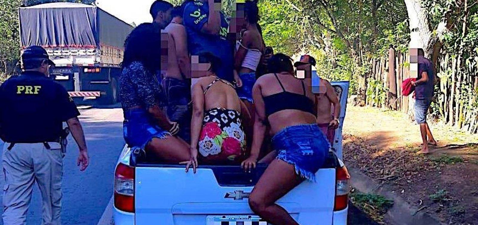 Resultado de imagem para Homem é preso por dirigir bêbado e levar 20 pessoas em caçamba de caminhonete
