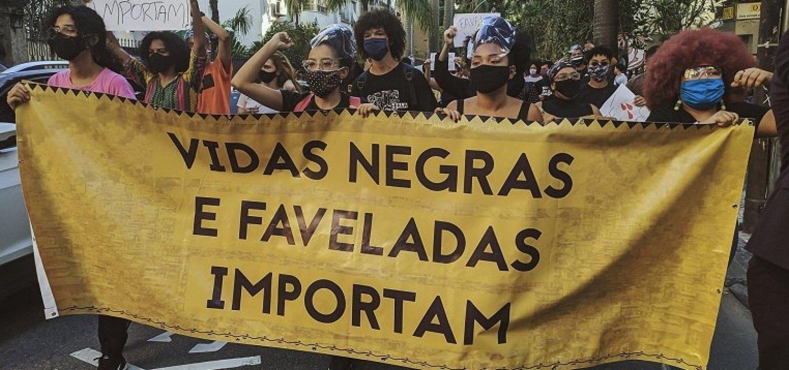 [Mortes de negros por violência física crescem 59% em 8 anos no Brasil]