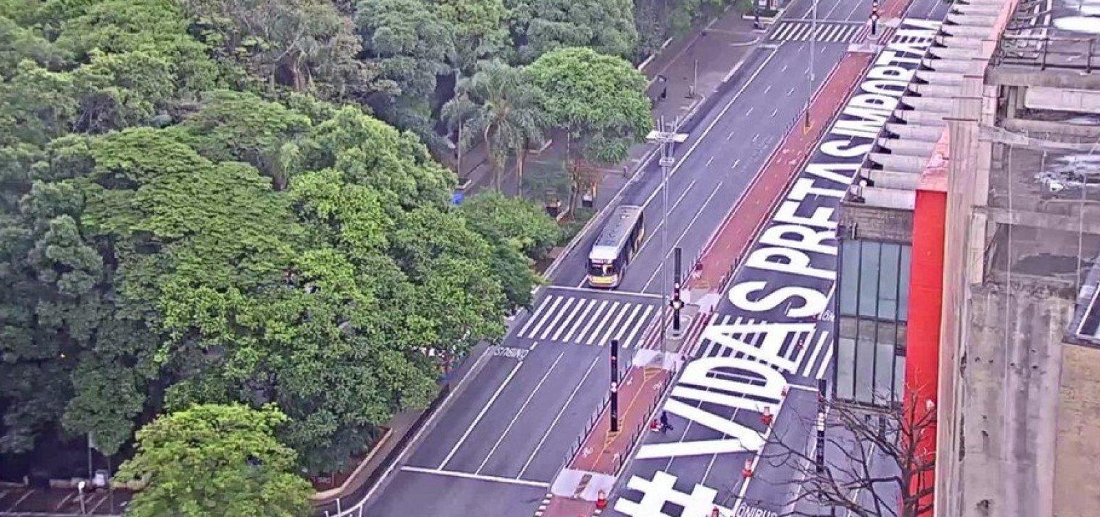 [Após protestos, frase 'Vidas Pretas Importam' é pintada na Avenida Paulista]