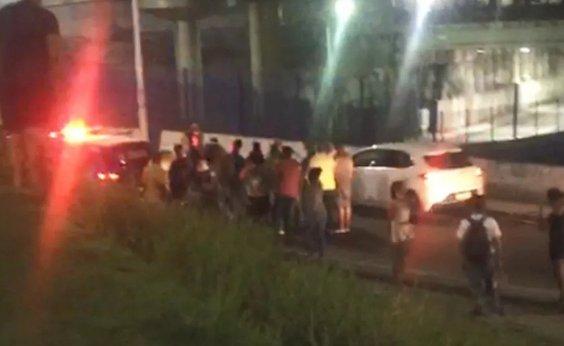 [Assaltantes e policiais trocam tiros em Pirajá]