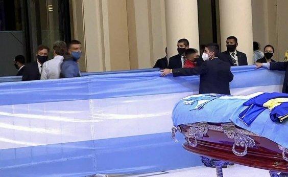 [Velório de Maradona é encerrado após tumulto e confronto de fãs com polícia argentina ]