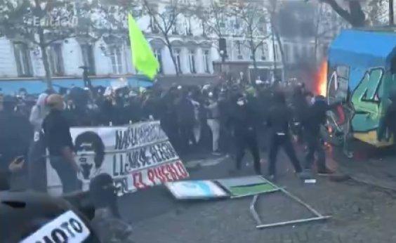 [França: milhares protestam contra lei de segurança aprovada semana passada no país]