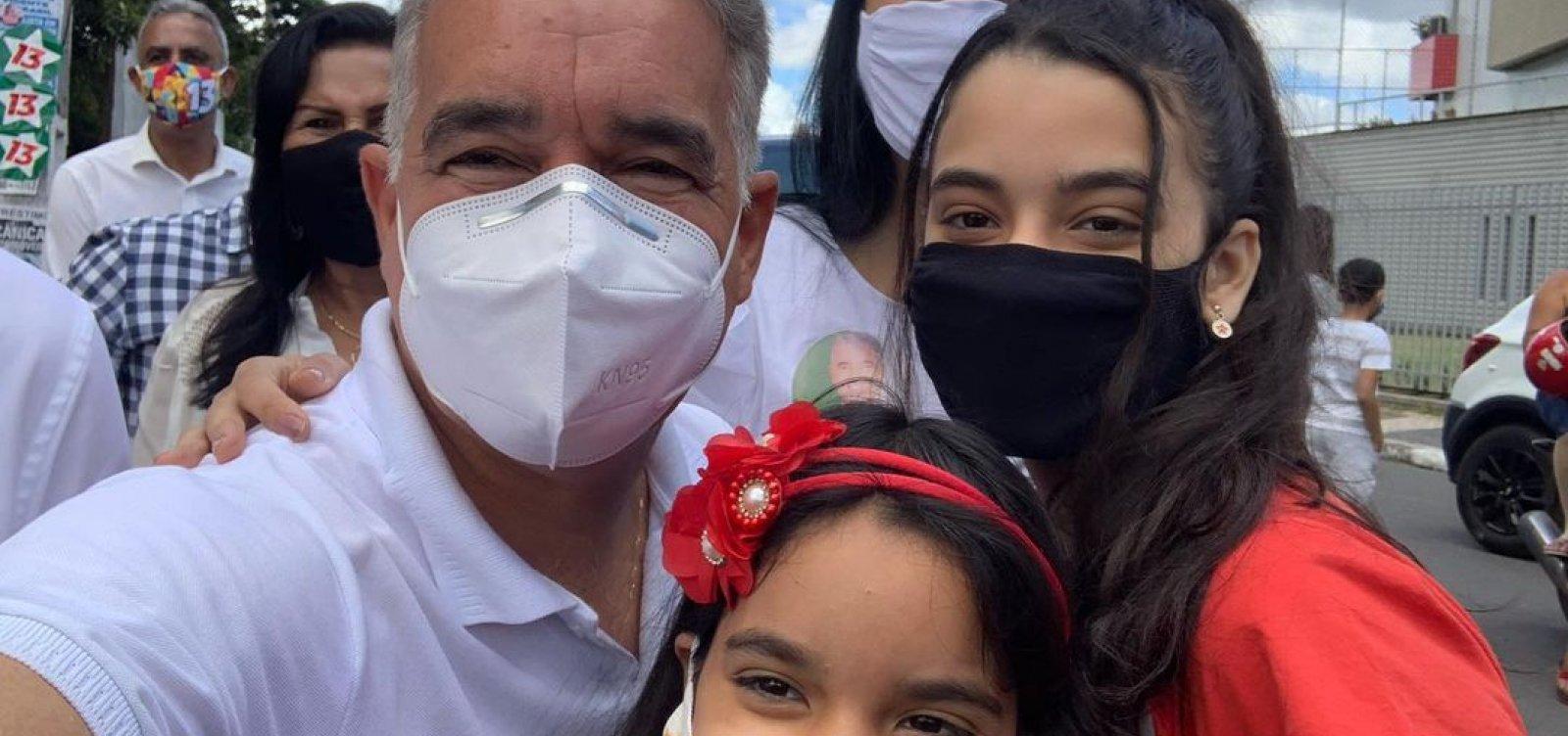 [Feira de Santana: Candidato pelo PT, Zé Neto vota com família]