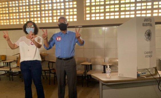 [Conquista: Candidato a prefeito pelo PT, Zé Raimundo vota acompanhado da vice e apoiadores]