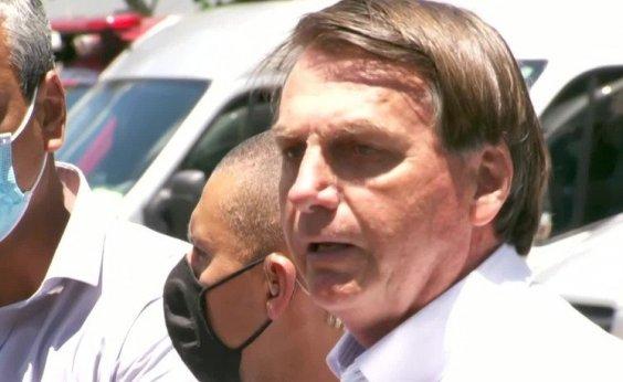 [Bolsonaro vota em escola no Rio e cumprimenta eleitores sem máscara]