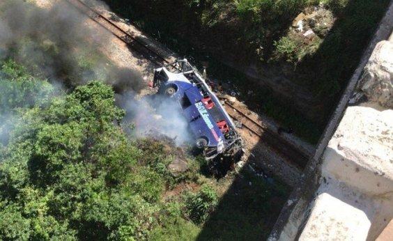 [Ônibus cai de viaduto em Minas Gerais e deixa 14 mortos]