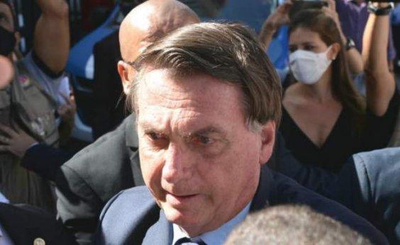 [Em Salvador, Bolsonaro cumprimenta sem máscara apoiadores em chegada para evento]