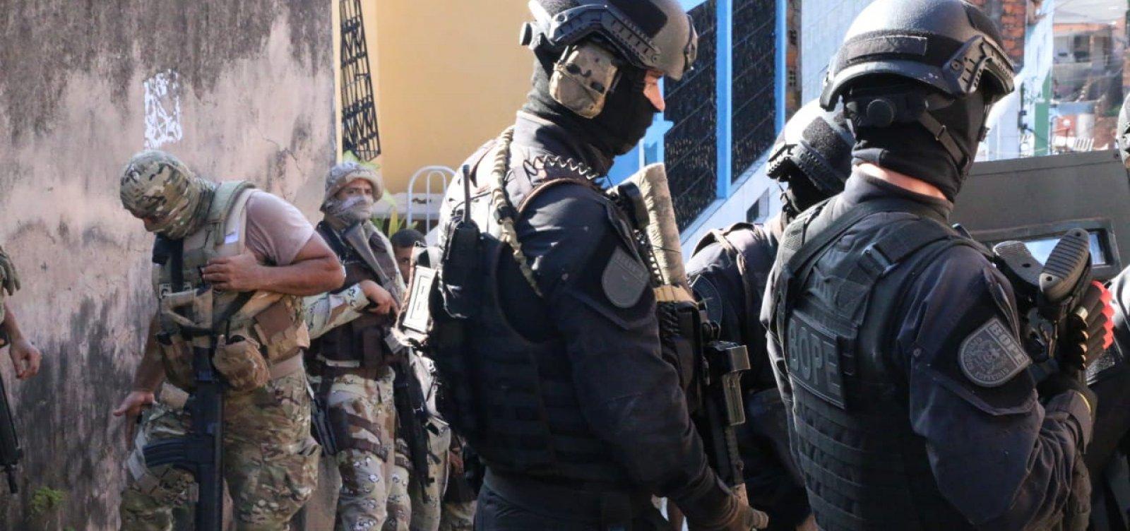 [Polícias Militar e Civil prendem quatro pessoas armadas no bairro Sete de Abril, em Salvador]