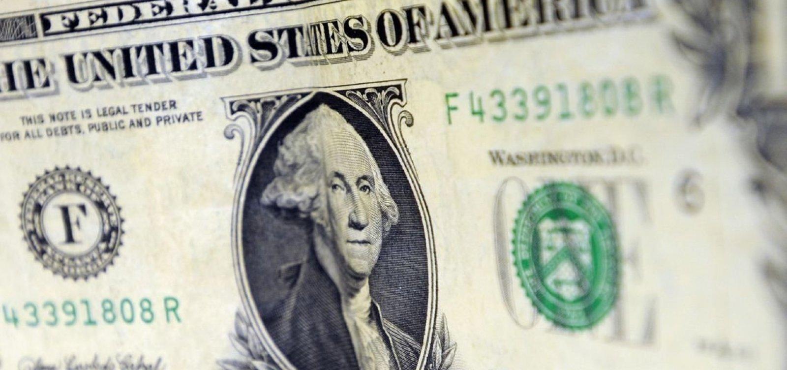 [Dólar fecha em alta e atinge máxima em dois meses]
