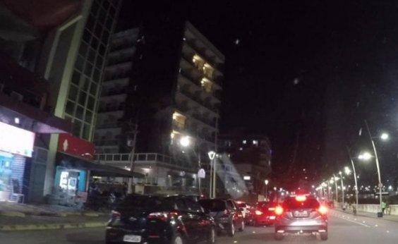 [Chuva de dinheiro: notas de R$ 50 e R$ 100 são jogadas de cobertura de hotel na Barra; veja]