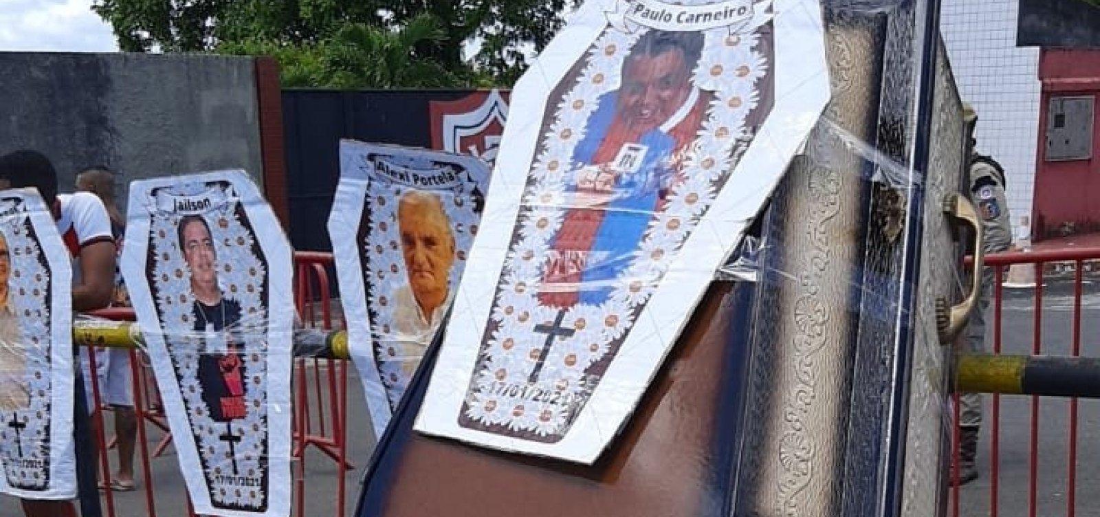 [Torcida do Vitória protesta no Barradão e promove 'enterro simbólico' de Paulo Carneiro; vídeo]