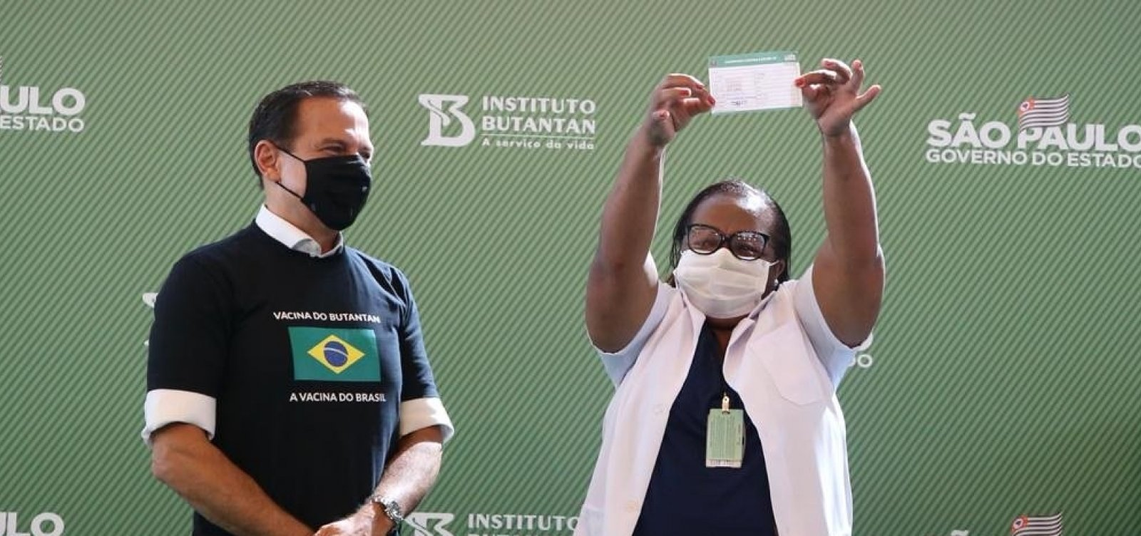 [ Após Anvisa aprovar uso emergencial, enfermeira é vacinada em São Paulo]