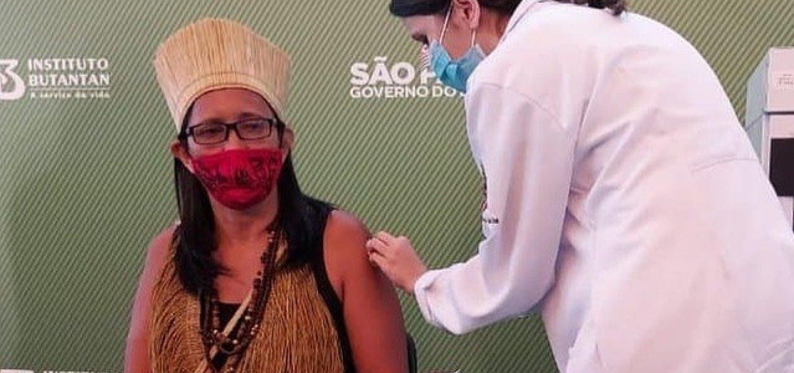 [Primeira indígena a ser vacinada no Brasil recebe dose da CoronaVac em São Paulo]
