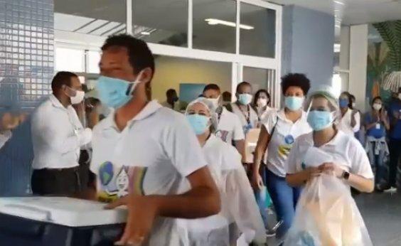 [Sob aplausos dos trabalhadores de saúde, equipe encerra vacinação no Hospital Municipal de Salvador]