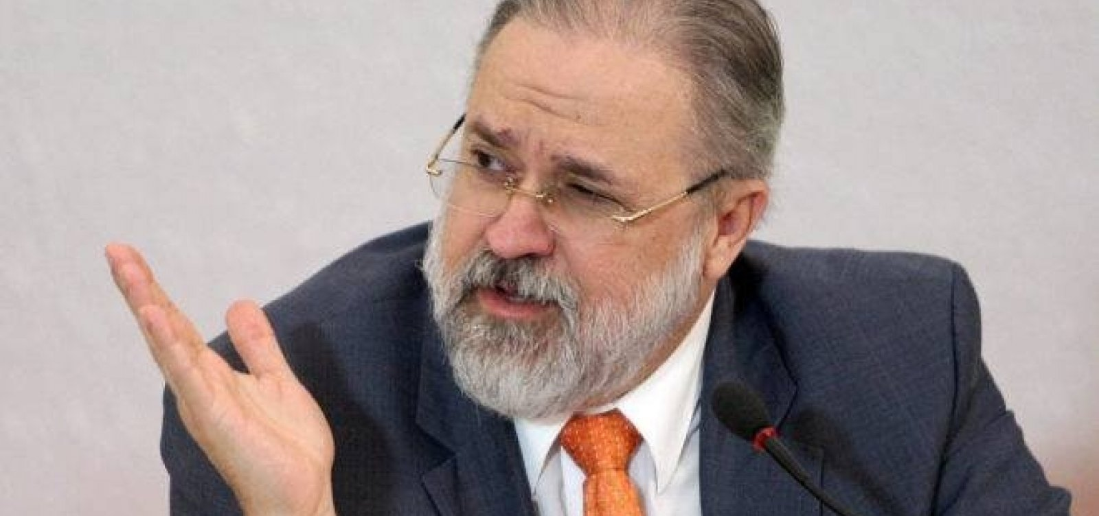 [Aras insinua que Bolsonaro pode decretar estado de defesa em plena pandemia]