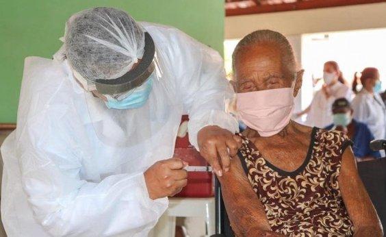 [Idosa recebe vacina no dia que completa 103 anos em Teixeira de Freitas]