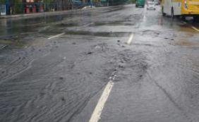 [Três faixas da Avenida Tancredo Neves são interditadas após vazamento]