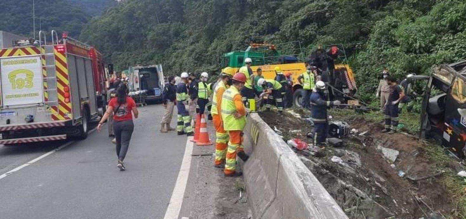 [Acidente com ônibus de turismo no Paraná deixa ao menos 21 mortos e 33 feridos ]