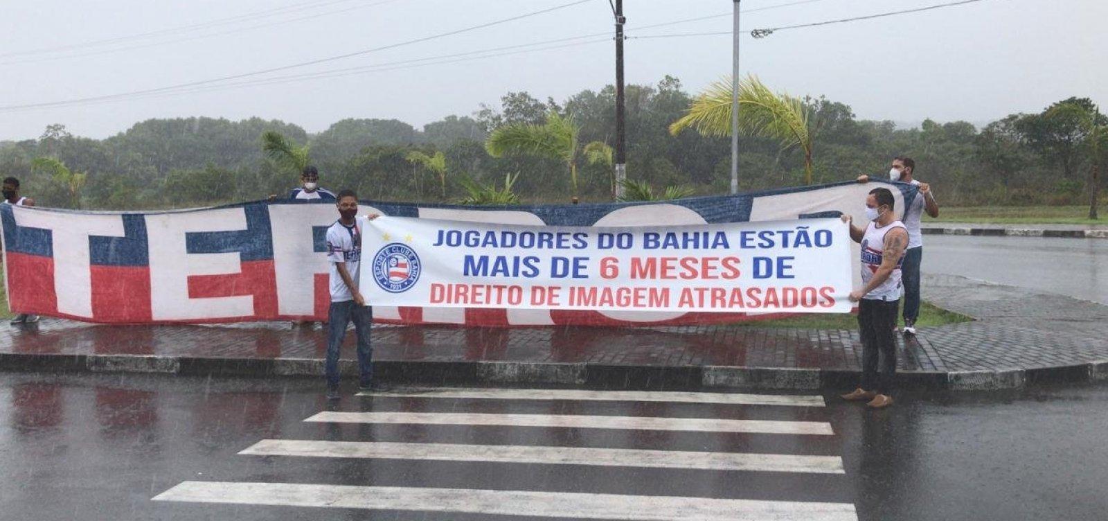 [Torcedores do Bahia promovem protesto e se encontram com jogadores no CT ]