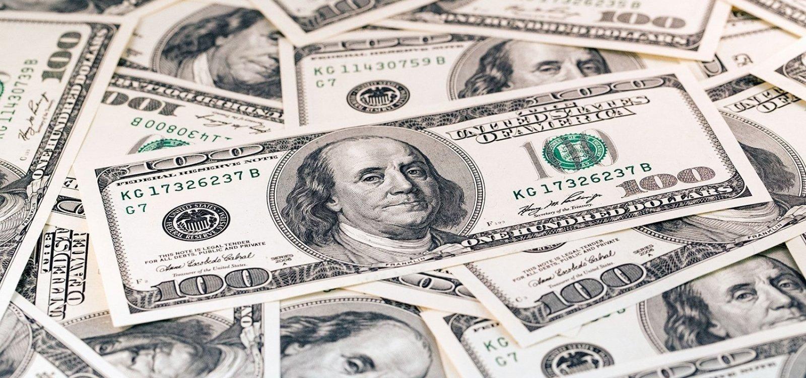 [Dólar sobe nesta sexta e fecha o mẽs com alta de 5,46%]