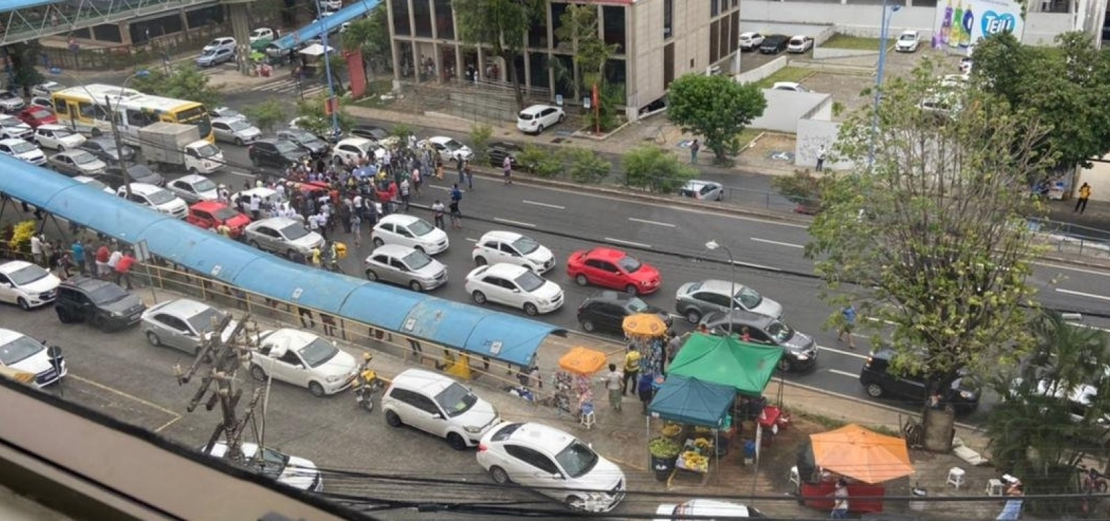 [Protesto de motoristas de app trava Avenida Tancredo Neves após manifestante ser detido pela PM]
