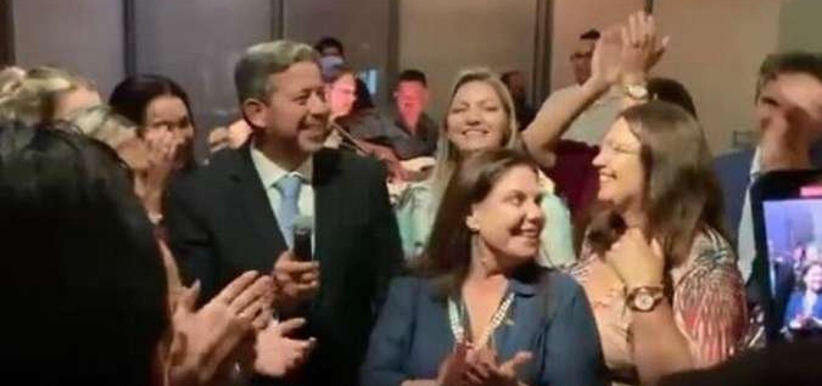 [Após vitória na Câmara, Lira faz festa para 300 pessoas com aglomeração e sem máscara ]