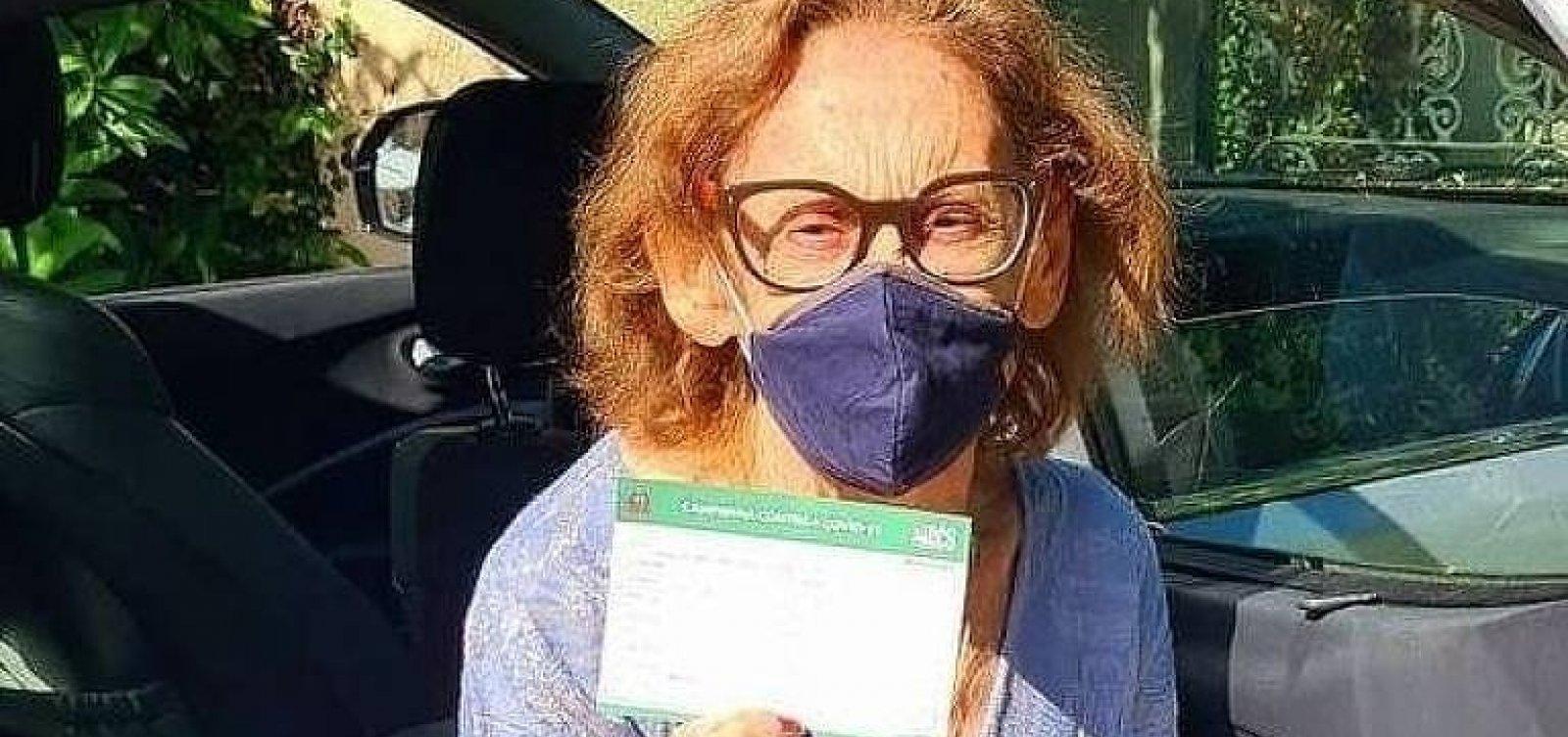 [Atriz Laura Cardoso é vacinada e apela: 'Sigam as instruções médicas']