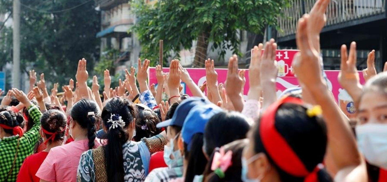 [Manifestações em Mianmar reúnem milhares de pessoas contra o golpe de Estado]