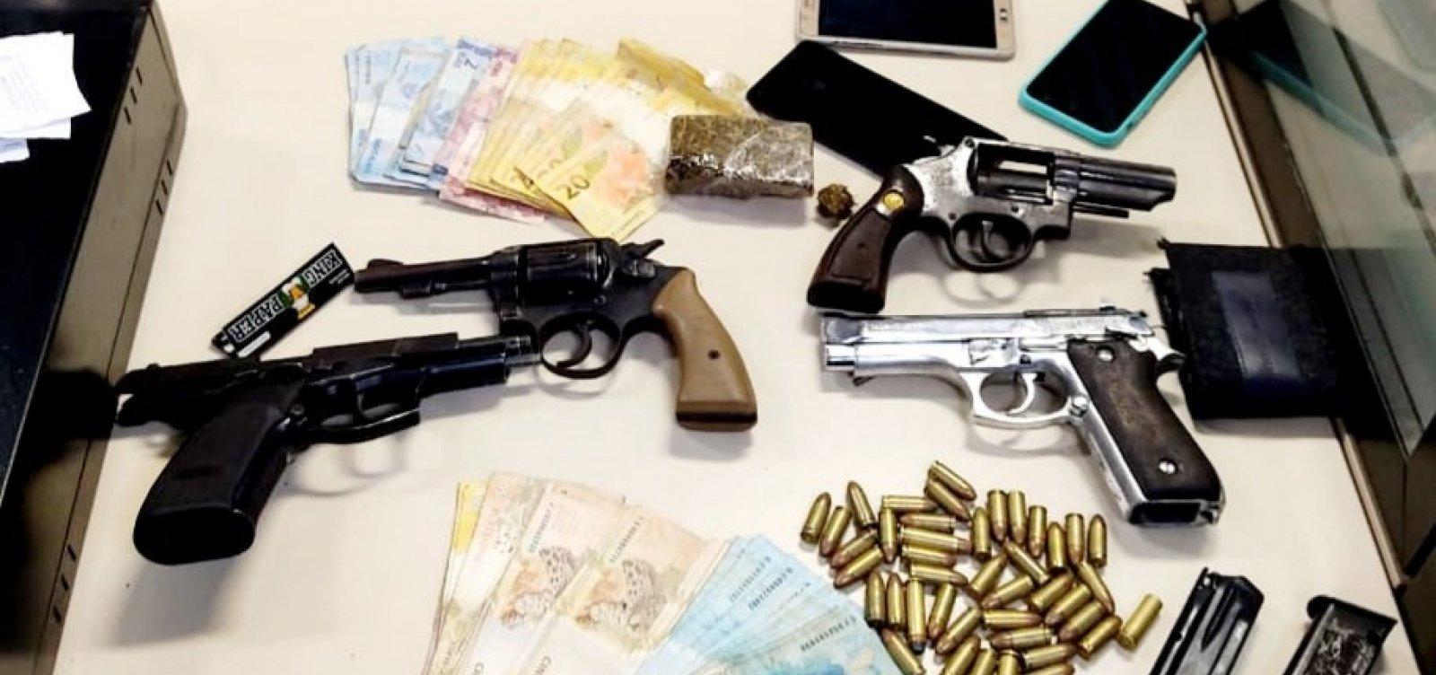 [Operação da PM apreende dez armas, munições e drogas em Feira]