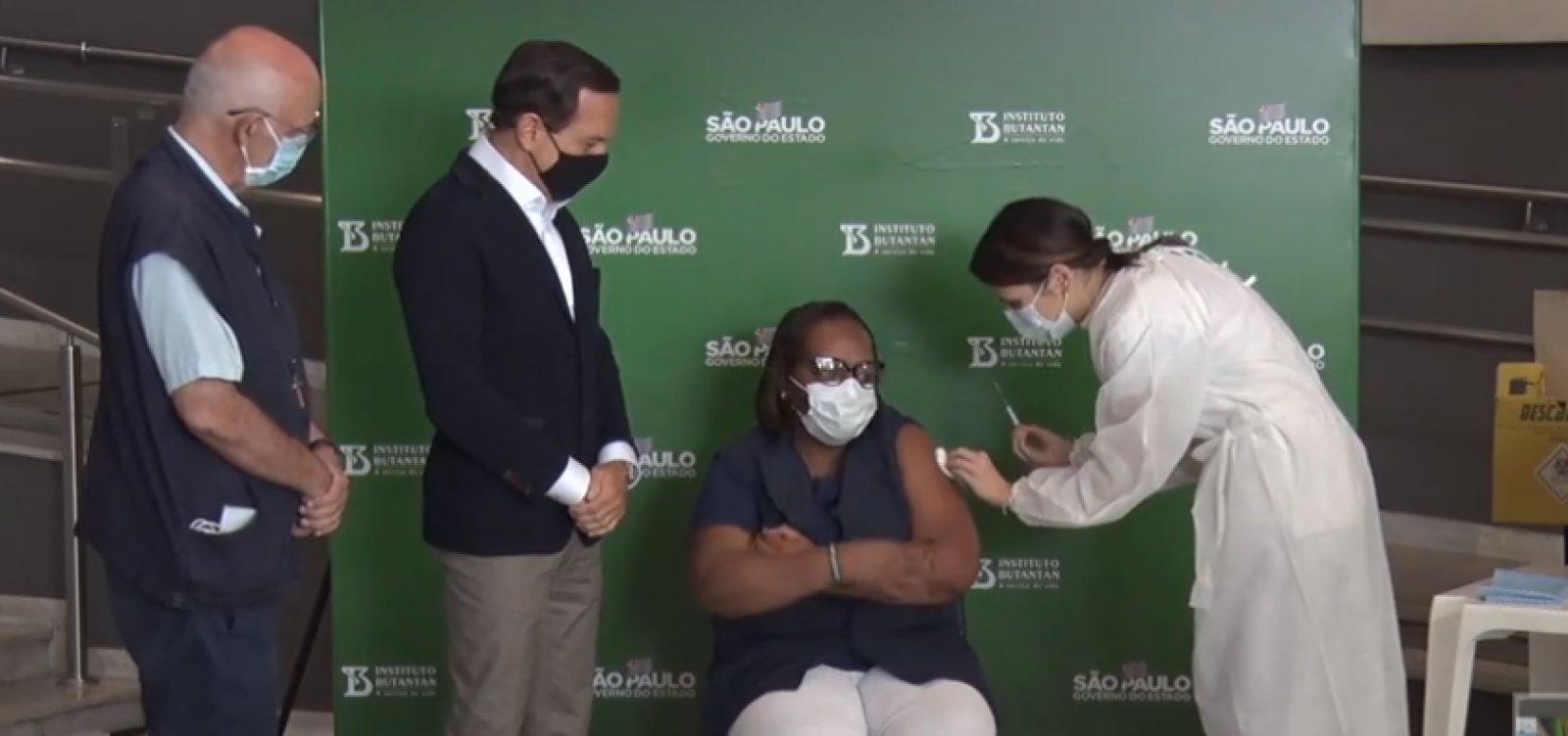 [Primeira vacinada contra Covid-19 no Brasil recebe segunda dose em SP ]