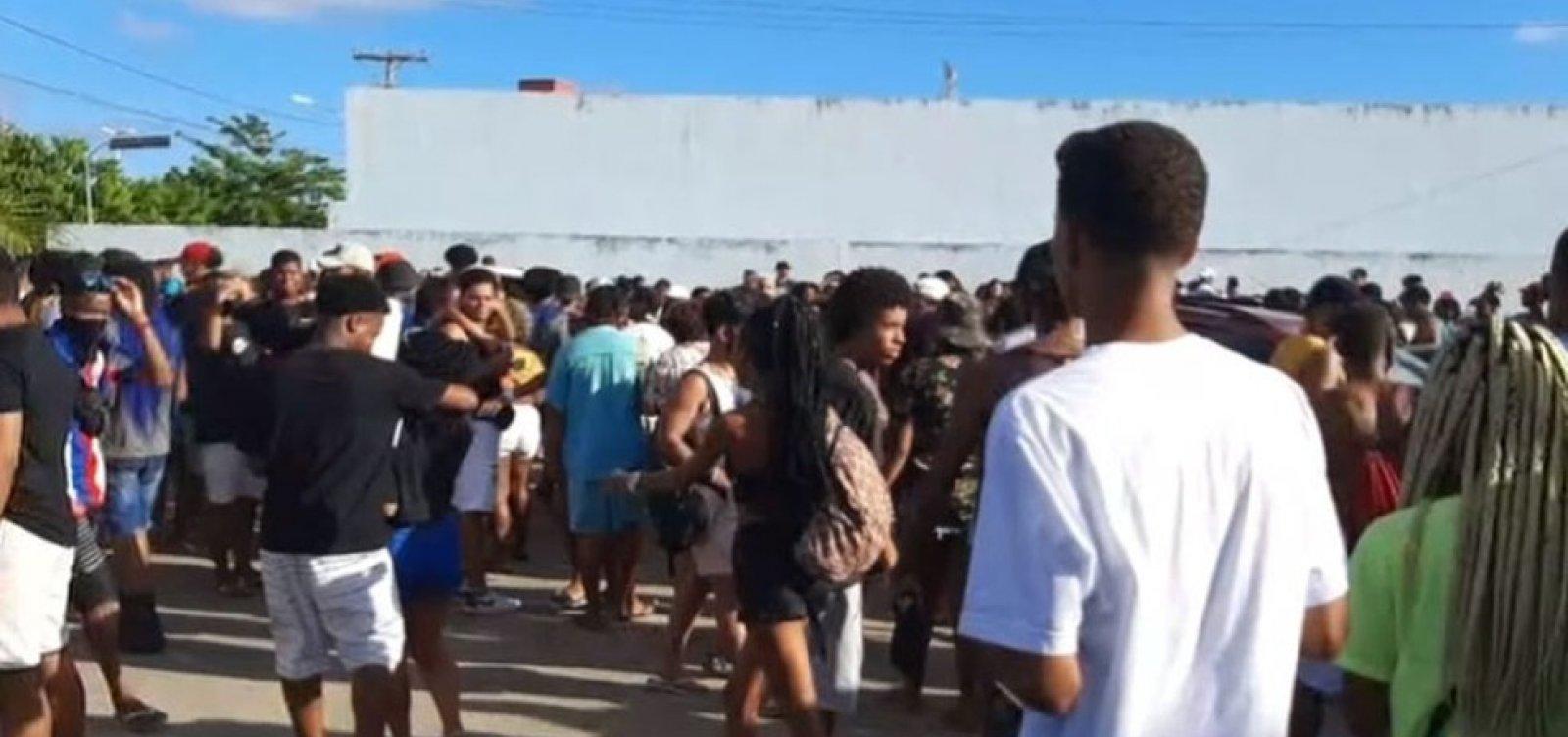 [Polícia encerra festa clandestina com 400 pessoas em Itapuã]