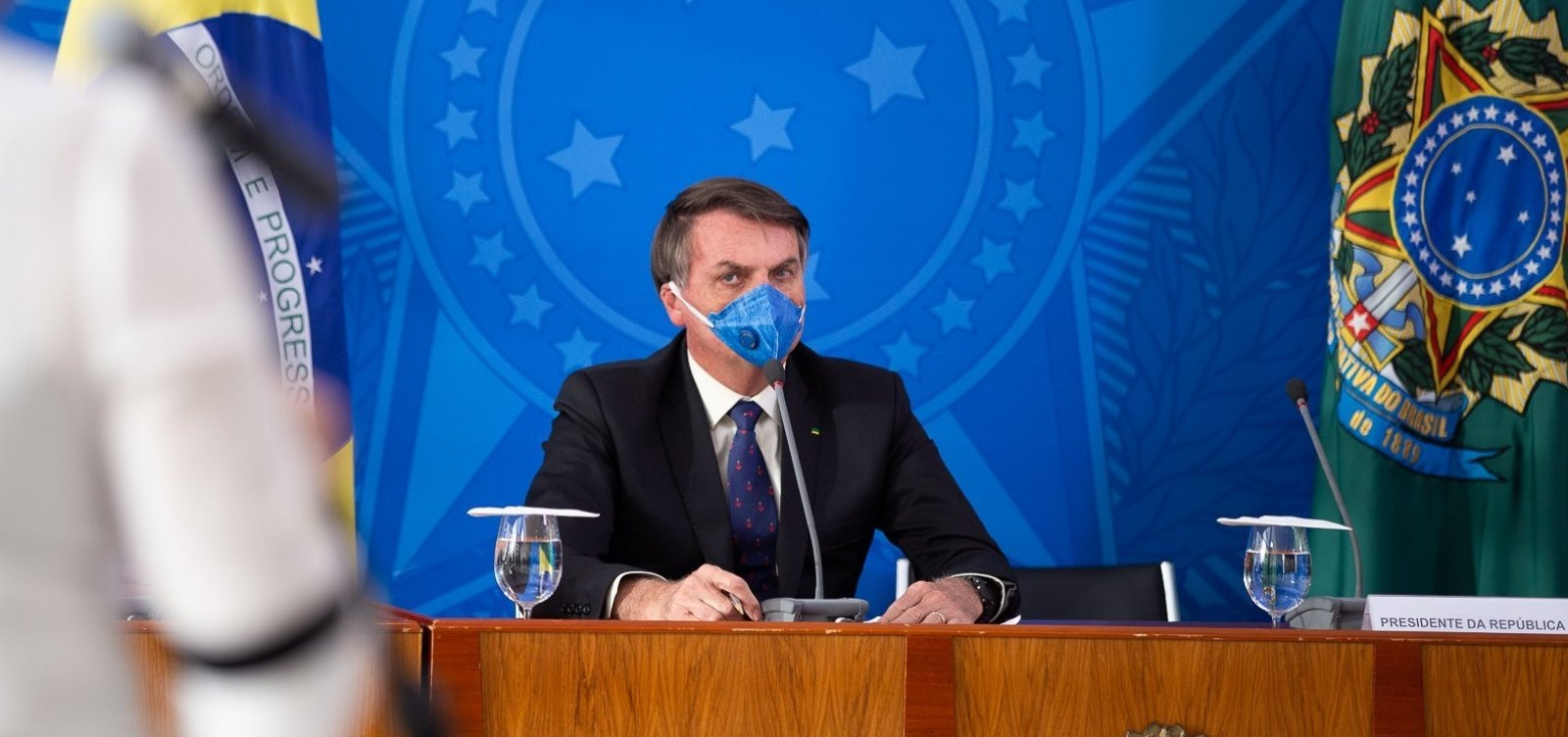 [Bolsonaro critica Facebook, fala em tributar redes sociais e diz que 'o certo' é tirar jornais de circulação]