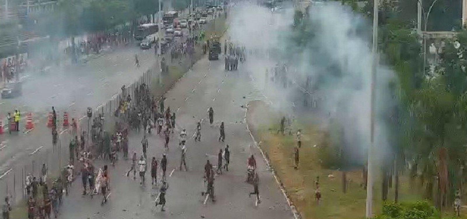 [PM dispersa grupo de torcedores do Flamengo em torno do Maracanã com bombas de gás lacrimogêneo]