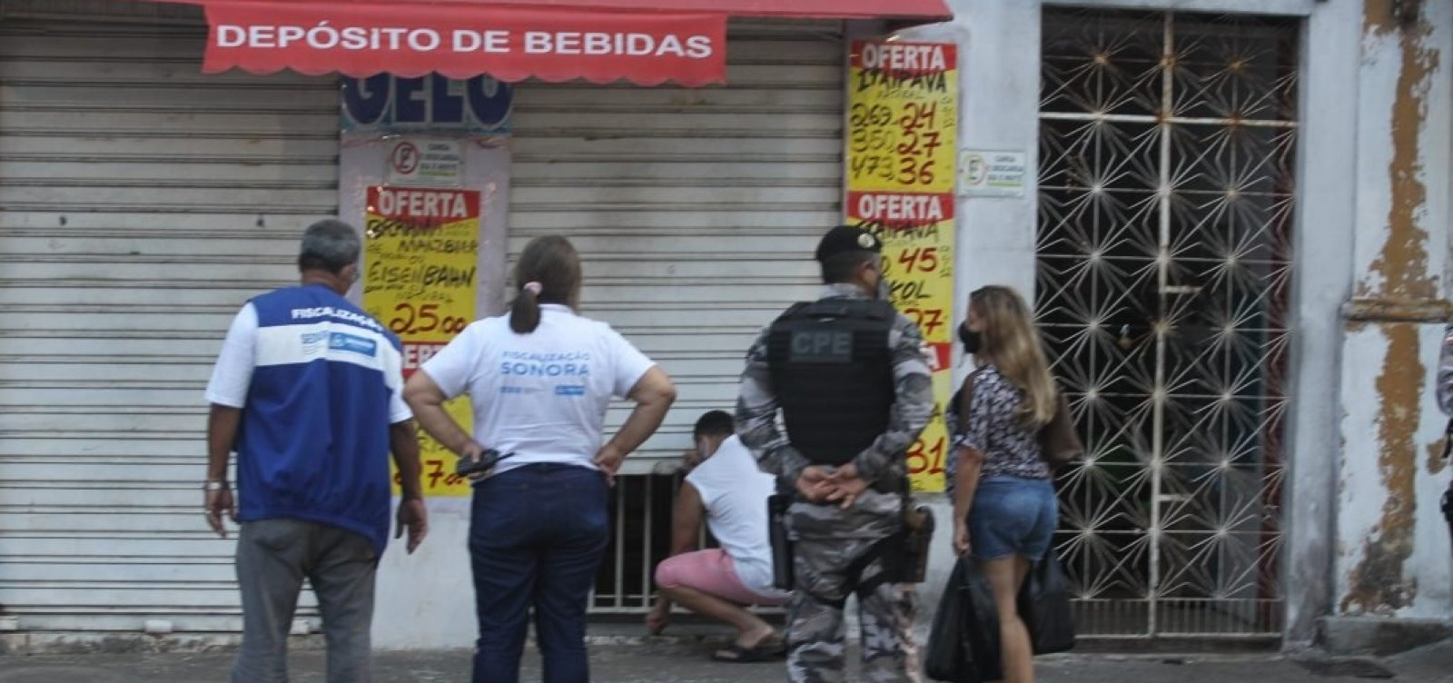 [Covid-19: Polícia Militar fiscaliza fechamento de lojas do comércio de rua em Salvador]