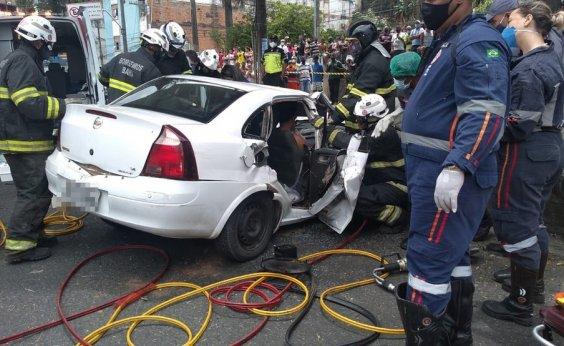 [Três pessoas ficam feridas após árvore cair em cima de carro na Avenida Jequitaia]