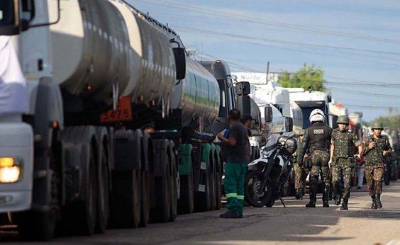 [Caminhoneiros voltam a falar em greve, após nova alta no preço do diesel ]