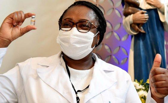 [Primeira vacinada da Bahia, enfermeira diagnosticada com Covid-19 antes da 2ª dose está recuperada ]