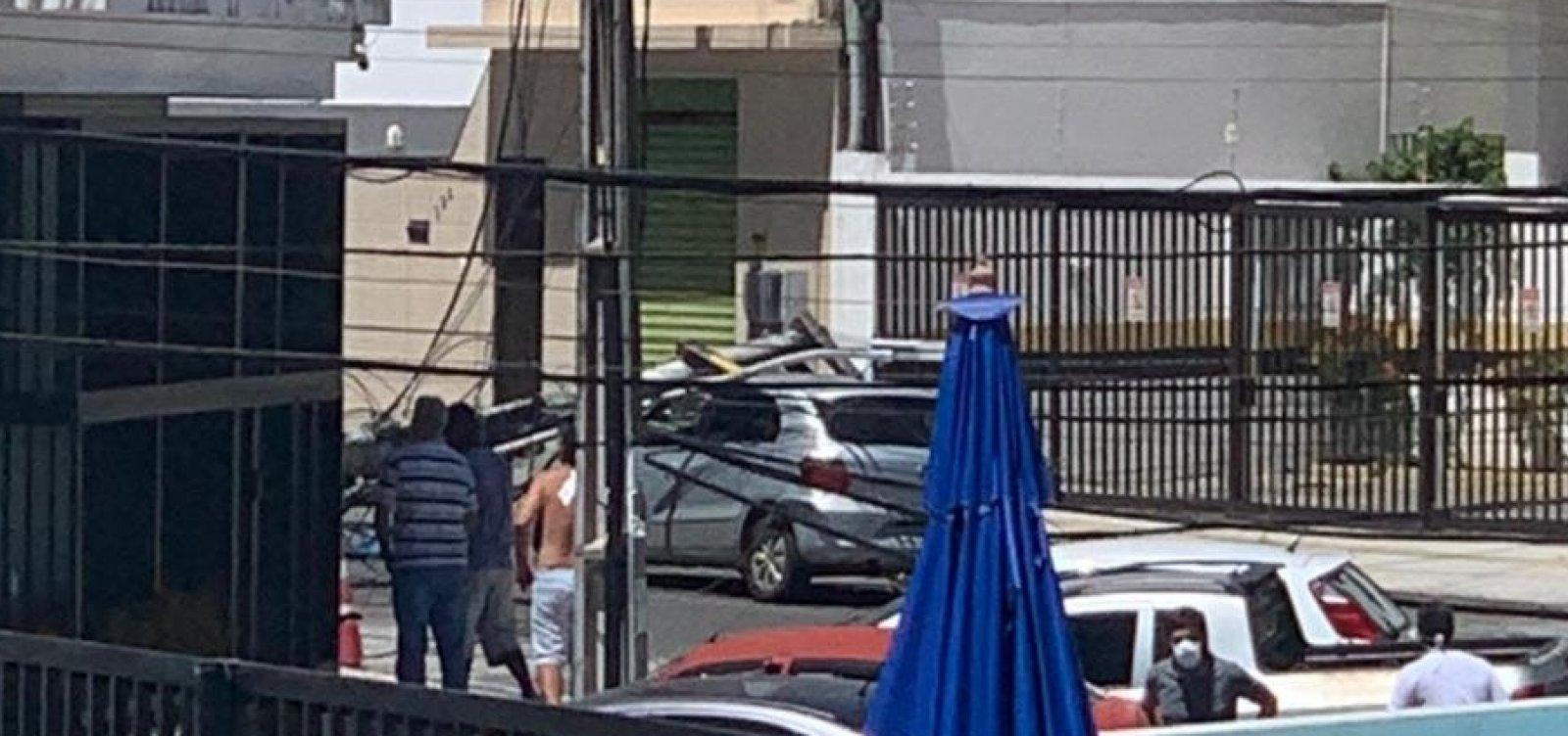 [Poste despenca em cima de carro no Imbuí, em Salvador ]