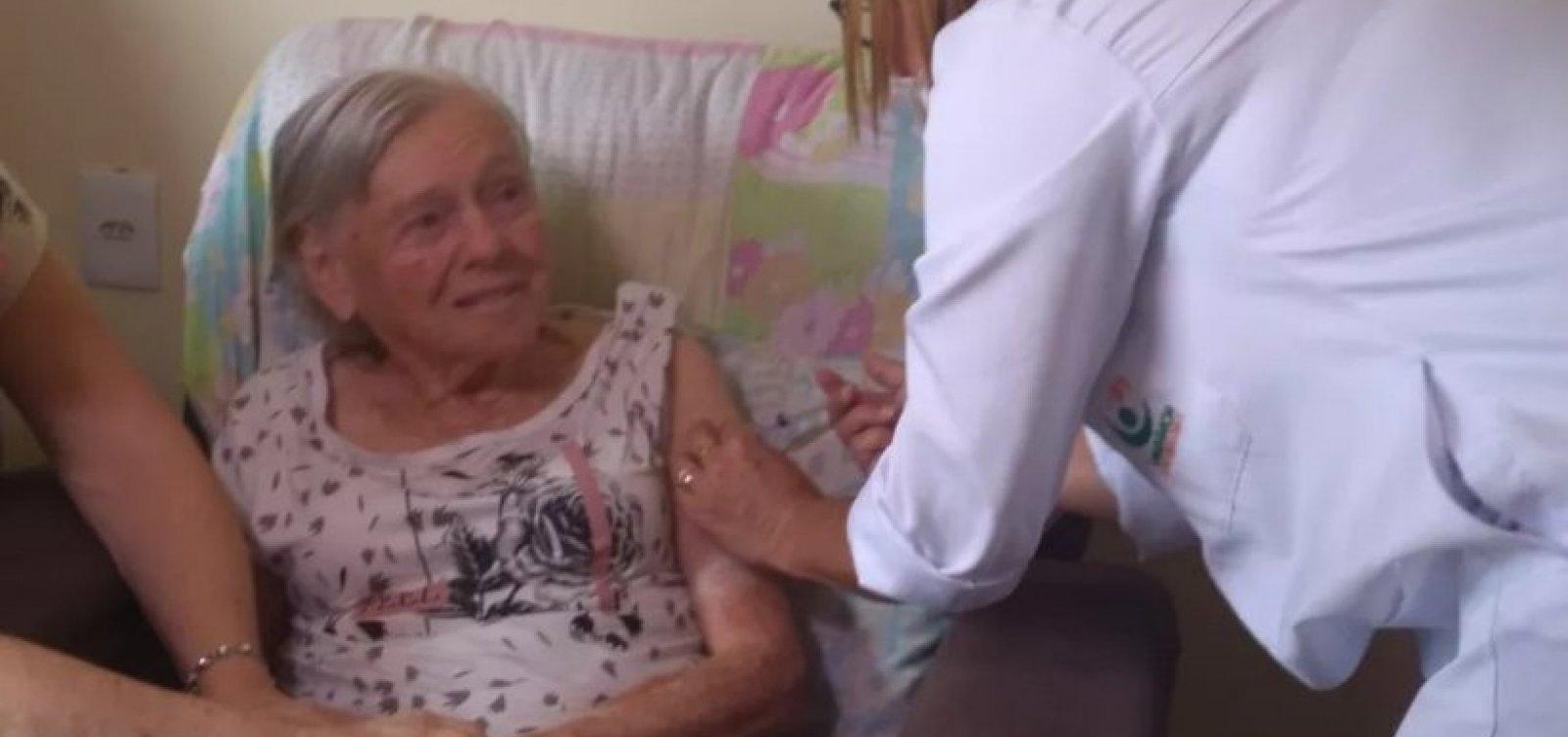[Mãe de Jair Bolsonaro recebe a segunda dose da vacina contra a Covid-19]
