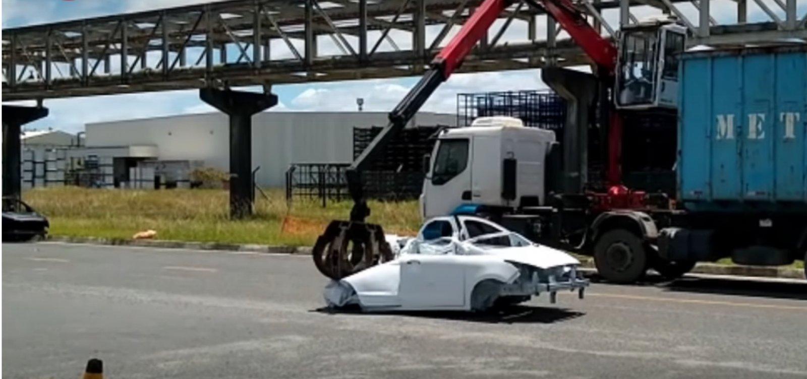 [Carros são destruídos do lado de fora da fábrica da Ford em Camaçari]