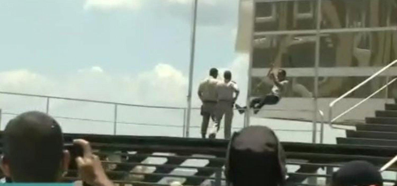 [Homem tenta invadir prefeitura e é detido durante protesto contra medidas restritivas em Salvador]