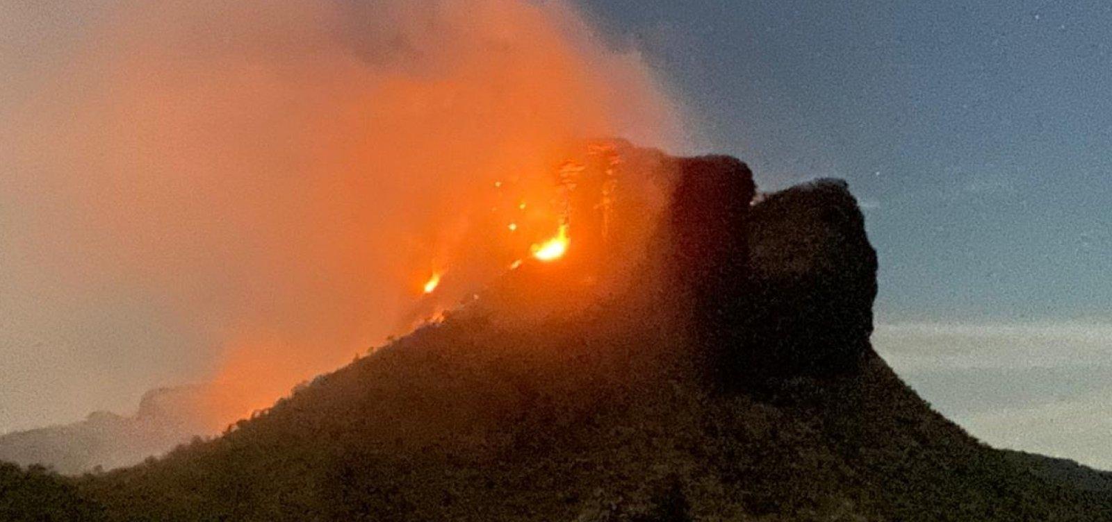[Equipes continuam combate a incêndio que atinge Morro do Camelo, na Chapada Diamantina  ]