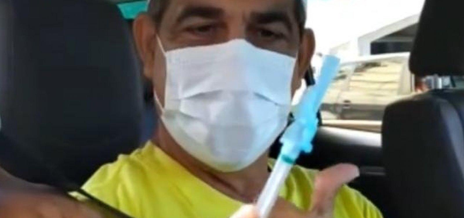 [Vocalista do Asa de Águia, Durval Lélys é vacinado contra Covid-19 em Salvador]