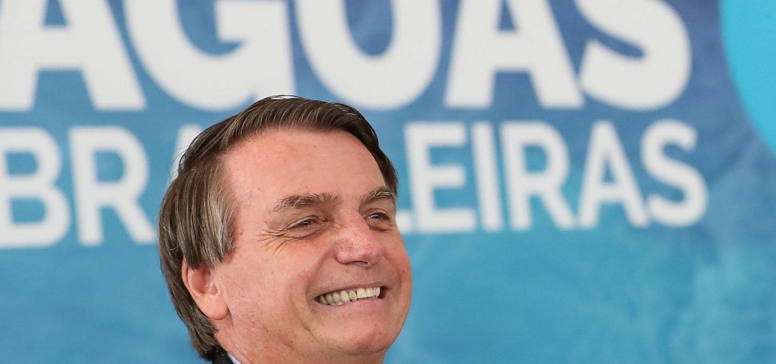 [Bolsonaro ignora pergunta sobre 4 mil mortes pela Covid-19 na saída do Alvorada]