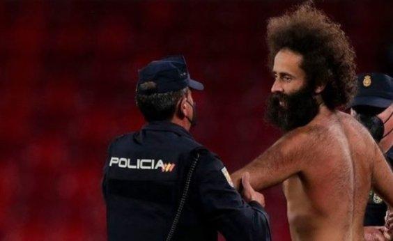 [Homem nu invade campo em jogo entre Granada e Manchester United]
