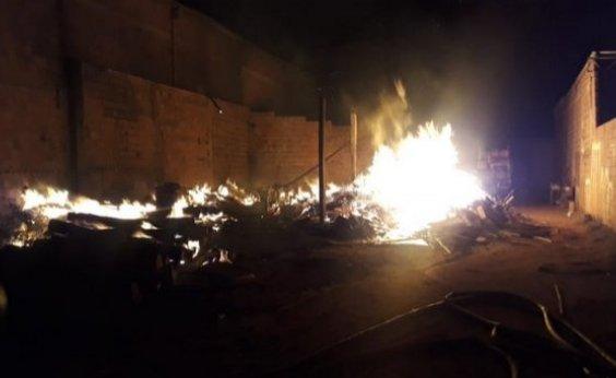 [Guanambi: Corpo de Bombeiros controla incêndio em serraria]