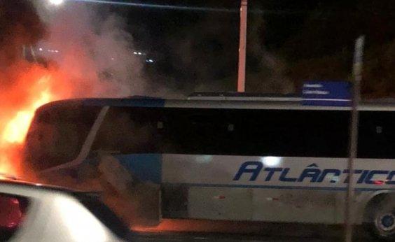 [Ônibus pega fogo na Avenida Paralela, em Salvador ]
