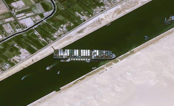 [Autoridades cobram multa milionária do navio que encalhou no Canal de Suez]